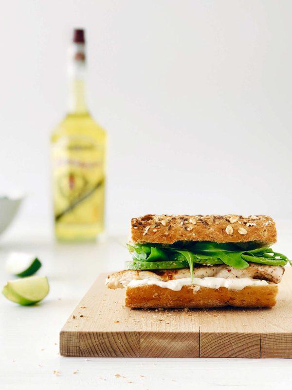 Broodje kip, avocado, saus met Elixir d'Anvers