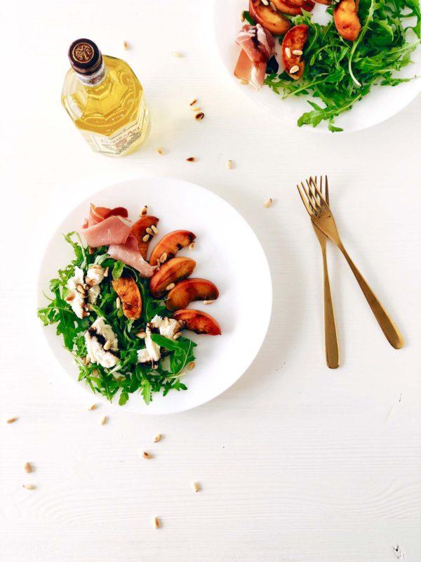Salade met gegrilde perziken & Elixir d'Anvers balsamico stroop