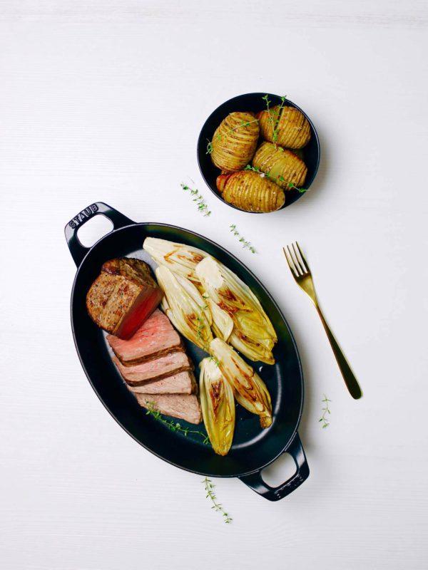 Gekarameliseerd witloof met Elixir d'Anvers, rosbief en hasselback aardappelen